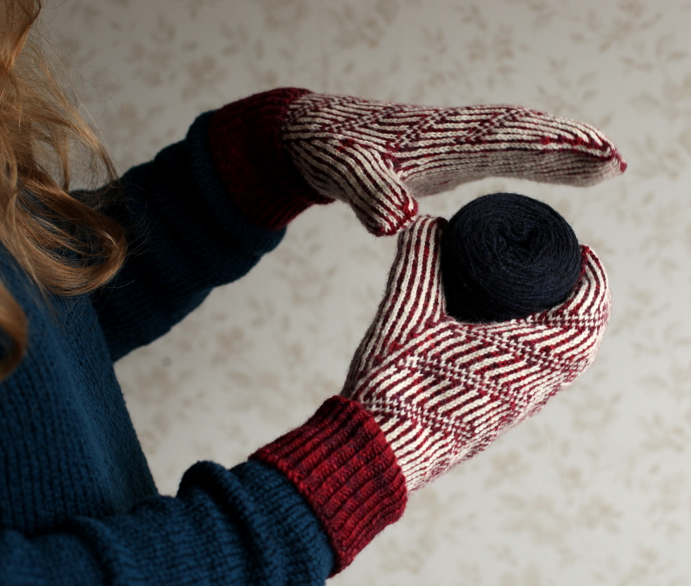 Pihta stranded mittens with a ball of yarn