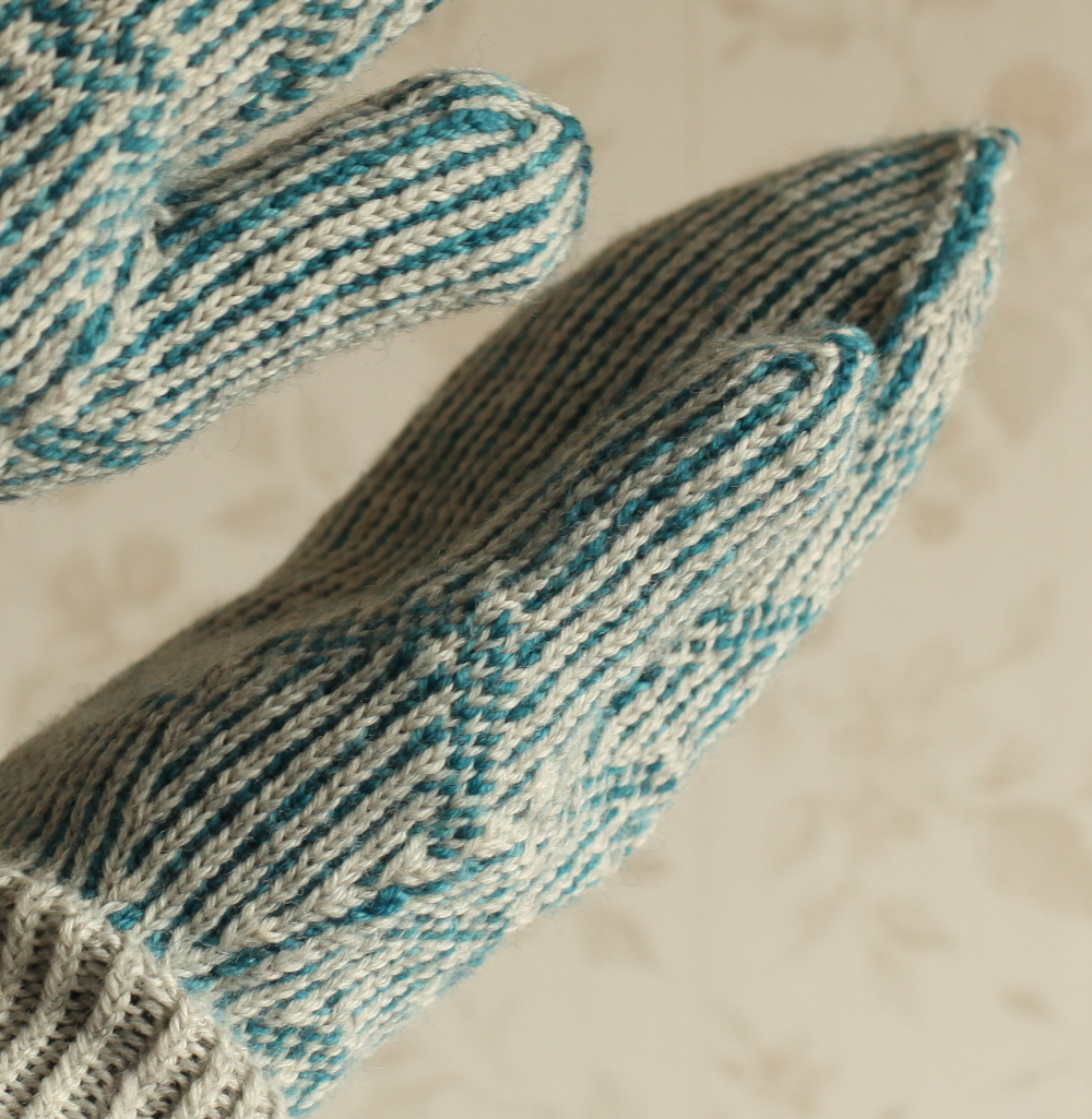 Huippu stranded mittens - thumb gusset