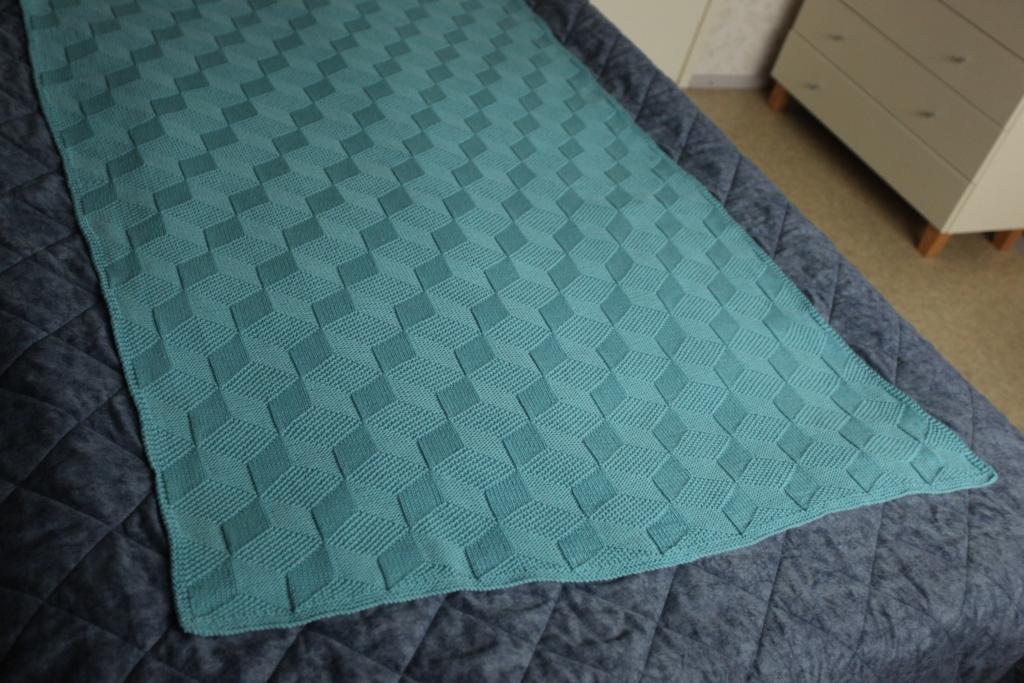 Kuutio blanket on the bed